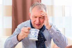Ανώτερο τσάι κατανάλωσης για να θεραπεύσει τη γρίπη Στοκ εικόνες με δικαίωμα ελεύθερης χρήσης