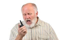 Ανώτερο φαλακρό άτομο που μιλά χρησιμοποιώντας walkie-talkie στοκ φωτογραφία με δικαίωμα ελεύθερης χρήσης