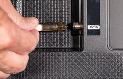 Ανώτερο χέρι ατόμων που κόβει το σκοινί στη συσκευασία καλωδιακής τηλεόρασής του Στοκ φωτογραφία με δικαίωμα ελεύθερης χρήσης