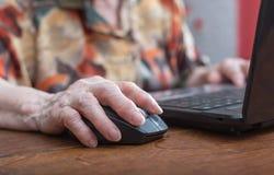 Ανώτερο χέρι που χρησιμοποιεί το ποντίκι ενός υπολογιστή Στοκ εικόνες με δικαίωμα ελεύθερης χρήσης