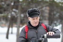 Ανώτερο χύνοντας τσάι ατόμων Στοκ φωτογραφία με δικαίωμα ελεύθερης χρήσης