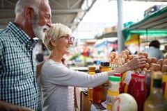 Ανώτερο ψωνίζοντας ζεύγος με το καλάθι στην αγορά Υγιεινή διατροφή στοκ φωτογραφίες με δικαίωμα ελεύθερης χρήσης