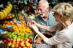 Ανώτερο ψωνίζοντας ζεύγος με το καλάθι στην αγορά Υγιεινή διατροφή στοκ εικόνες