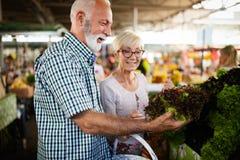 Ανώτερο ψωνίζοντας ζεύγος με το καλάθι στην αγορά Υγιεινή διατροφή στοκ φωτογραφία με δικαίωμα ελεύθερης χρήσης