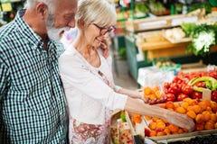 Ανώτερο ψωνίζοντας ζεύγος με το καλάθι στην αγορά Υγιεινή διατροφή στοκ εικόνα με δικαίωμα ελεύθερης χρήσης