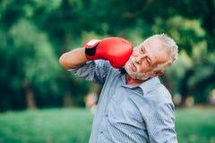 Ανώτερο punching ατόμων το πρόσωπό του Στοκ εικόνες με δικαίωμα ελεύθερης χρήσης