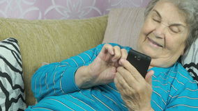 ανώτερο smartphone χρησιμοποιώντας τη γυναίκα απόθεμα βίντεο