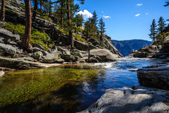 Ανώτερο Yosemite πέφτει: ο ποταμός αμέσως πριν από να βυθίσει κάτω Στοκ Εικόνα