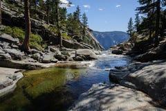 Ανώτερο Yosemite πέφτει: ο ποταμός αμέσως πριν από να βυθίσει κάτω Στοκ εικόνες με δικαίωμα ελεύθερης χρήσης