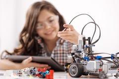 Αξιοθαύμαστο κορίτσι εφήβων που έχει το μάθημα στο στούντιο επιστήμης στοκ φωτογραφία με δικαίωμα ελεύθερης χρήσης