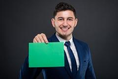 Αξιόπιστος επιχειρηματίας που κρατά το κενό χαρτόνι Στοκ φωτογραφία με δικαίωμα ελεύθερης χρήσης