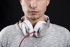 Αξύριστο άτομο με τα ακουστικά γύρω από το λαιμό του Στοκ εικόνα με δικαίωμα ελεύθερης χρήσης