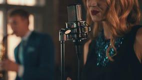 Αοιδός της Jazz στο καμμένος φόρεμα, περιδέραιο που αποδίδει στη σκηνή με το saxophonist φιλμ μικρού μήκους