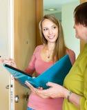 Απάντηση γυναικών τα θέματα του κοινωνικού λειτουργού Στοκ εικόνες με δικαίωμα ελεύθερης χρήσης