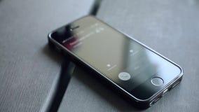 Απάντηση μιας εισερχόμενης κλήσης στο έξυπνο τηλέφωνο Τηλέφωνο στον ξύλινο πίνακα απόθεμα βίντεο