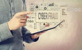 Απάτη Cyber με το άτομο που κρατά μια ταμπλέτα στοκ φωτογραφία