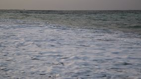 Απίστευτα καθαρό και διαφανές θαλάσσιο νερό το καλοκαίρι απόθεμα βίντεο