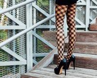 Απίστευτα πολύ leggy κορίτσι στο pantyhose και τα υψηλά παπούτσια τακουνιών που θέτουν στο πάρκο Μόδα Στην οδό Στοκ φωτογραφία με δικαίωμα ελεύθερης χρήσης
