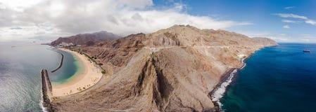 Απίστευτη πανοραμική άποψη πουλιών ολόκληρου του νησιού Tenerife στον τομέα των παραλιών Teresitas και Gaviotas, Tenerife στοκ εικόνες