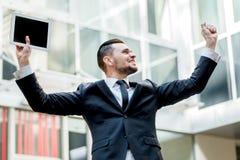 Απίστευτη τύχη Ο ευτυχής επιχειρηματίας γιορτάζει την επιτυχία του Νέος Στοκ Εικόνα