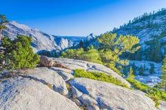 Απίστευτοι σχηματισμοί βράχου βουνών στο παγκοσμίως διάσημο πάρκο Yosemite Στοκ εικόνα με δικαίωμα ελεύθερης χρήσης