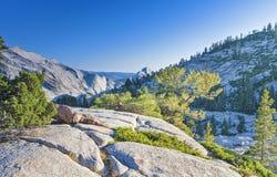 Απίστευτοι σχηματισμοί βράχου βουνών στο παγκοσμίως διάσημο Yosemite Στοκ εικόνα με δικαίωμα ελεύθερης χρήσης