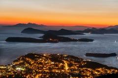 Απίστευτο ηλιοβασίλεμα πέρα από τη θάλασσα στην πόλη Dubrovnik, Κροατία Στοκ Εικόνες
