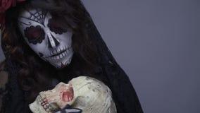 Απαίσιο Santa muerte σε αποκριές, το κορίτσι αγκαλιάζει το κρανίο απόθεμα βίντεο