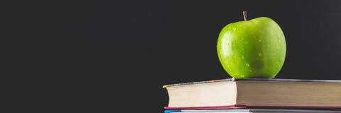απαγορευμένα Έννοια ημέρας δασκάλων \ της «s Αντικείμενα σε ένα υπόβαθρο πινάκων κιμωλίας Βιβλία, πράσινο μήλο, πινακίδα: Ευτυχές στοκ εικόνες με δικαίωμα ελεύθερης χρήσης
