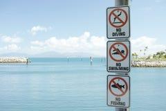 Απαγορευμένος για να κολυμπήσει, να βουτήξει ή να αλιευθεί το σημάδι Στοκ Εικόνες