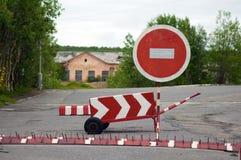 Απαγορευμένος φράκτης και ένα οδικό σημάδι καμία είσοδος Στοκ Φωτογραφίες