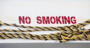Απαγόρευση του καπνίσματος στο Hull με το κίτρινο και μαύρο σχοινί Στοκ Εικόνες