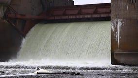 Απαλλαγή νερού κατά τη διάρκεια της άνοιξης snowmelt στο φράγμα Perervinsk που  φιλμ μικρού μήκους