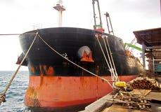 Απαλλαγή του παλιοσίδερου φορτίου από το φορτηγό πλοίο στο λιμένα Iskenderun, Τουρκία Μια άποψη κινηματογραφήσεων σε πρώτο πλάνο  στοκ εικόνες με δικαίωμα ελεύθερης χρήσης