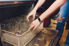 Απαλλαγή των καθαρών και λαμπρών γυαλιών από το πλυντήριο πιάτων στοκ εικόνες