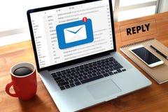 απαντήστε ότι το ηλεκτρονικό ταχυδρομείο μηνυμάτων στον επιχειρηματία υπολογιστών λειτουργεί σε im Στοκ Εικόνες