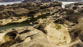 Απαρατήρητη άποψη τοπίων της Ταϊλάνδης των τρυπών Stone βράχου στο μεγάλο φαράγγι Sam-παν-Bok ή το mekong ποταμό στο ταϊλανδικό μ Στοκ Εικόνες