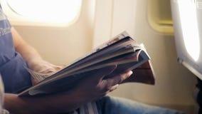Απαριθμήστε το περιοδικό στο αεροπλάνο από την παραφωτίδα HD, 1920x1080 κίνηση αργή φιλμ μικρού μήκους