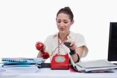 Απασχολημένος γραμματέας που κλείνει το τηλέφωνο Στοκ εικόνα με δικαίωμα ελεύθερης χρήσης