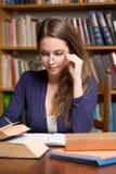 Απασχολημένος νέος σπουδαστής brunette στοκ φωτογραφία με δικαίωμα ελεύθερης χρήσης