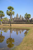 Απεικονίστε στο νερό με την αρχιτεκτονική παλαιού βουδιστικού στο πάρκο Angkor Archeological Μνημείο της Καμπότζης - Siem συγκεντ στοκ φωτογραφία με δικαίωμα ελεύθερης χρήσης