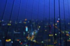 Απεικονίστε της εναέριας άποψης θαμπάδων της εικονικής παράστασης πόλης στο σύγχρονο γραφείο παραθύρων στοκ εικόνες με δικαίωμα ελεύθερης χρήσης
