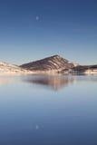 Απεικονίστε του φεγγαριού στην μπλε λίμνη στοκ εικόνα με δικαίωμα ελεύθερης χρήσης