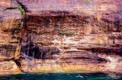 Απεικονισμένος βράχων τοίχος βράχου ακτών πολύχρωμος στοκ εικόνες με δικαίωμα ελεύθερης χρήσης