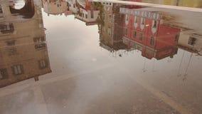 Απεικονισμένος στο νερό των σπιτιών της Βενετίας απόθεμα βίντεο