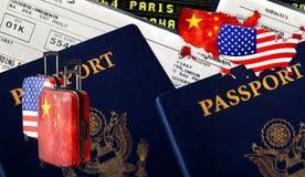 Απεικόνιση με δύο ξένα διαβατήρια, δύο βαλίτσες  με την κινεζική Κίνα και με τις αμερικανικές σημαίες, τα εισιτήρια και οι ΗΠΑ ση στοκ εικόνες με δικαίωμα ελεύθερης χρήσης