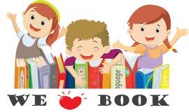 Απεικόνιση του ευτυχούς παιχνιδιού παιδιών με τα βιβλία στη βιβλιοθήκη Απομονωμένος στο λευκό ελεύθερη απεικόνιση δικαιώματος