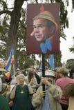 Απεικόνιση του Προέδρου Τζορτζ Μπους Ο Μπους ως Pinocchio χρωμάτισε σε ένα σημάδι σε μια πολεμική αντι-Ιράκ διαδήλωση διαμαρτυρία Στοκ Φωτογραφία