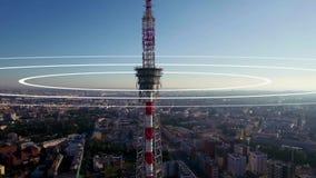 Απεικόνιση των ραδιο κυμάτων που προέρχονται από μια μεγάλη κεραία TV που υψώνεται επάνω από την πόλη Απεικόνιση έννοιας ενός τηλ φιλμ μικρού μήκους