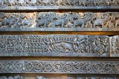 Απεικόνιση arjuna-Kirata, Shiva, που κυνηγά το χοίρο, στη βάση του ναού, ναός Hoysaleshwara, Halebidu, Karnataka Στοκ φωτογραφία με δικαίωμα ελεύθερης χρήσης